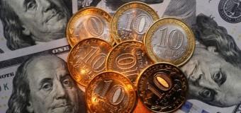 Рубль укрепился на низких объемах